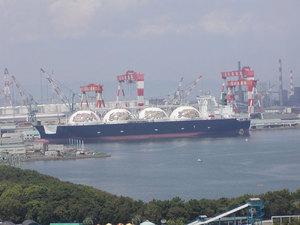 川崎造船でジミー大西さんデザインの絵画を描いたタンカー新造中