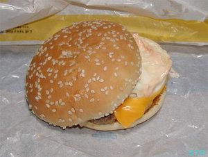 チーズ月見バーガーを食べる