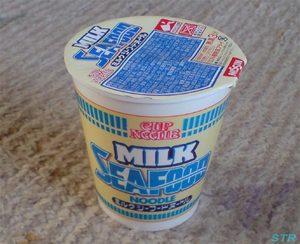ミルクシーフードヌードルを食べる