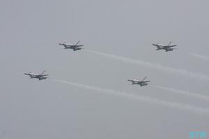 雨の中でのサンダーバーズ展示飛行