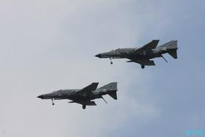F-4 2機による飛行