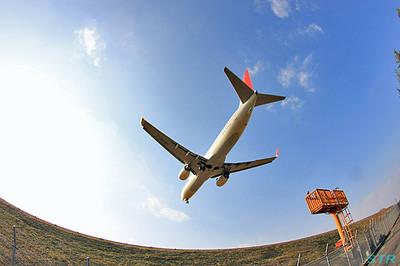 飛行機を下から見る