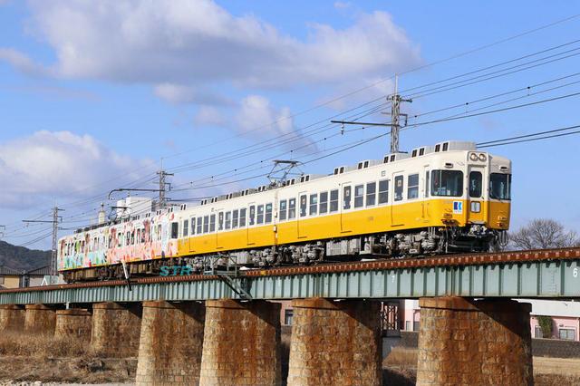 ことでん「にこるん食ベルン香川県」ラッピング電車
