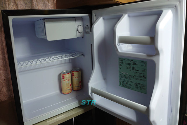 自室に小型冷蔵庫を置く