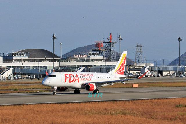 高松空港にフジドリームエアラインズ JA12FJ 飛来