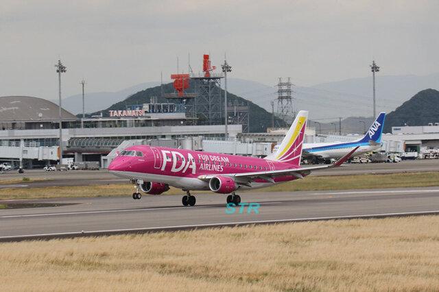 高松空港にフジドリームエアラインズ JA15FJ 飛来